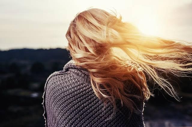 Saiba como desamarelar o cabelo em casa