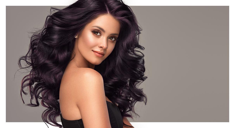 Reflexos roxos personalizados em cabelos escuros